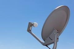 Satellitenschüssel-Antenne mit blauem Steigunghimmel Lizenzfreies Stockfoto