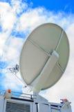 Satellitenschüssel auf beweglichem DSNG auf blauem Himmel Lizenzfreies Stockbild