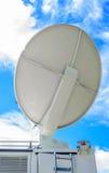 Satellitenschüssel auf beweglichem DSNG auf blauem Himmel Stockfoto