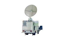 Satellitenschüssel auf beweglichem DSNG auf weißem Hintergrund Stockfoto