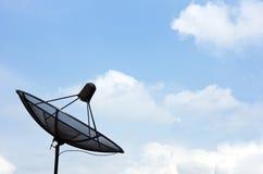 Satellitenschüssel auf blauem Himmel Stockfoto