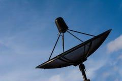 Satellitenschüssel auf blauem Himmel stockfotografie