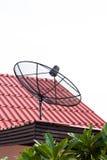 Satellitenschüssel auf Dach Lizenzfreies Stockfoto