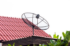 Satellitenschüssel auf Dach Stockfotos