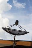 Satellitenschüssel auf Dach Lizenzfreie Stockfotos