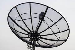 Satellitenschüssel auf das Gebäude Lizenzfreies Stockfoto