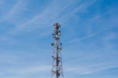 Satellitenschüssel auf dem blauen Himmel Stockfotos