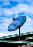 Satellitenschüssel auf dem Dach Lizenzfreies Stockfoto
