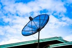 Satellitenschüssel auf dem Dach Lizenzfreie Stockfotos