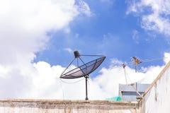 Satellitenschüssel auf dem Dach Stockfotos