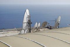 Satellitenschüssel auf dem Dach des Hauses Stockfoto