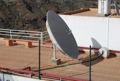 Satellitenschüssel auf dem Dach des Hauses Stockbild