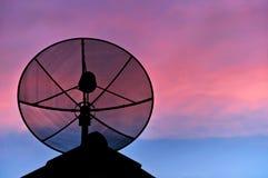 Satellitenschüssel auf dem Dach im Abendhimmel. Lizenzfreie Stockfotografie