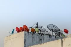 Satellitenschüssel auf die Oberseite des Gebäudes Stockbild