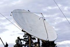 Satellitenschüssel benutzt für Digital SAT Fernsehapparat stockbild