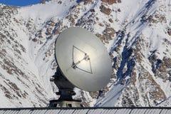 Satellitenschüssel in den Bergen Stockfotos