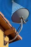 Satellitenschüssel, die digitale Übertragung empfängt lizenzfreie stockfotos