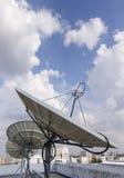 Satellitenschüssel für Telekommunikation Stockfotos