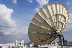 Satellitenschüssel für Telekommunikation Stockbilder