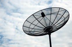 Satellitenschüssel im blauen Himmel lizenzfreie stockfotos