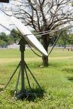 Satellitenschüssel im ländlichen Gebiet Lizenzfreie Stockbilder