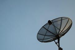 Satellitenschüssel mit bewölktem Stockfoto