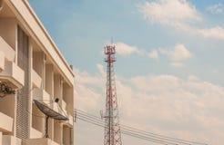 Satellitenschüssel mit Himmel Lizenzfreies Stockfoto