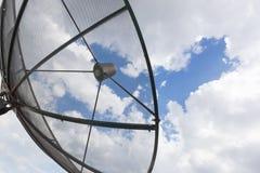 Satellitenschüssel mit Himmelhintergrund Stockfotos