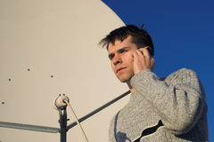 Satellitenschüssel mit jungem Mann Lizenzfreie Stockfotos