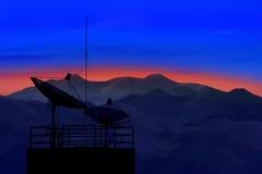 Satellitenschüssel mit schönem Lichtgebrauch der Gebirgsszene morgens für Kommunikationsthema und Telekommunikation, die an anschl lizenzfreie stockfotos