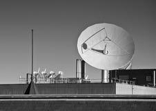 Satellitenschüssel-Schwarzes u. Weiß Stockfotos