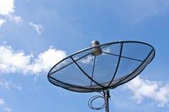 Satellitenschüssel und bewölktes als Hintergrund des blauen Himmels lizenzfreies stockbild