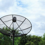 Satellitenschüssel und FernsehantennenKommunikationstechnologie Stockfotos