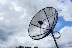 Satellitenschüssel und FernsehantennenKommunikationstechnologie Stockfoto
