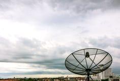 Satellitenschüssel und Nimbus Lizenzfreies Stockfoto