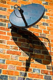 Satellitenschüssel und Schatten Stockbilder