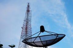 Satellitenschüssel- und Telekommunikationsturm Stockbilder