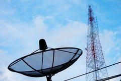 Satellitenschüssel- und Telekommunikationsturm Lizenzfreies Stockbild
