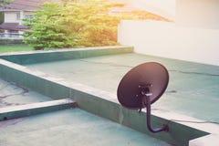 Satellitenschüsselantenne auf das Gebäude und die Sonne Lizenzfreies Stockbild