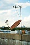 Satellitenschüsselantenne auf Spitzenturm Stockbild