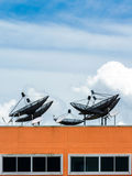 Satellitenschüsselantennen lizenzfreie stockfotografie