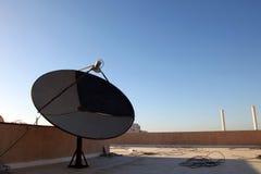 Satellitenschüsselantennen auf Plattform mit blauem Himmel in Saudi-Arabien stockfotos