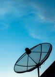 Satellitenschüsselhimmel-Kommunikationstechnologienetz Lizenzfreie Stockfotografie