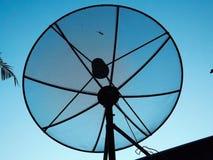 Satellitenschüsselhimmelsonnenuntergang-Kommunikationstechnologie Fernsehen Stockfotos