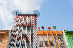 Satellitenschüsseln auf Dachplattform mit dem bunten Gebäude chinesisch--Portug lizenzfreies stockbild
