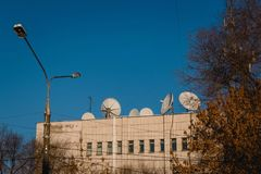 Satellitenschüsseln auf dem alten Haus lizenzfreie stockfotos