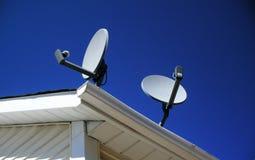 Satellitenschüsseln auf einem Haus Lizenzfreies Stockfoto
