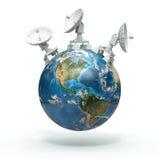 Satellitenschüsseln auf Erde. 3d Stockfotografie