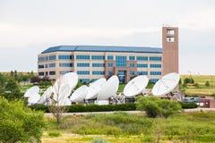 Satellitenschüsseln durch das Errichten Lizenzfreies Stockfoto