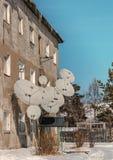 Satellitenschüsseln in einem alten dreistöckigen Haus Stockfoto